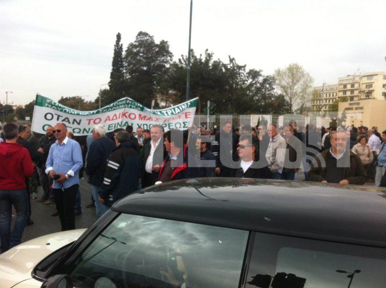 Διαμαρτυρία των εργαζομένων στα ναυπηγεία Σκαραμαγκά έξω από το Πεντάγωνο | Newsit.gr