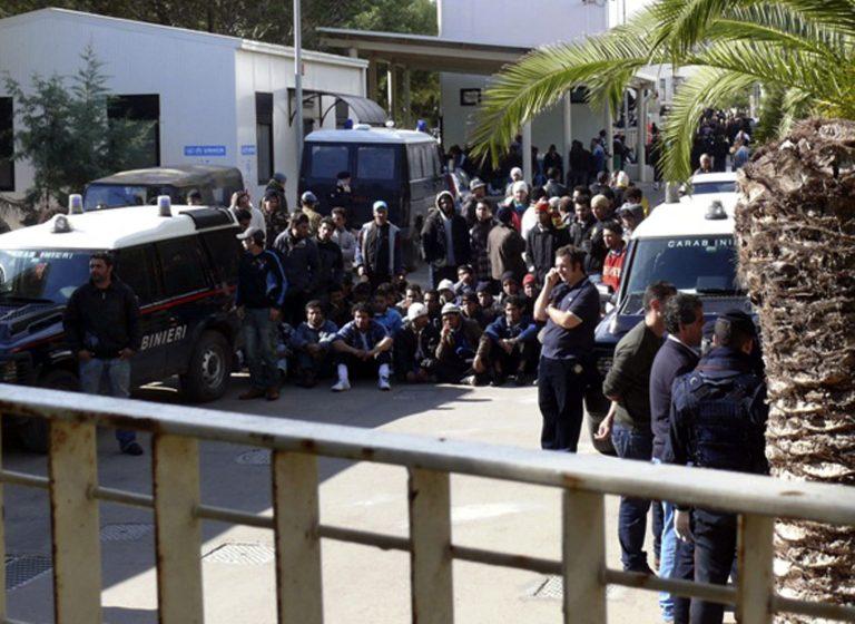 Ξεσηκώθηκαν οι μετανάστες σε προάστιο της Ιταλίας   Newsit.gr
