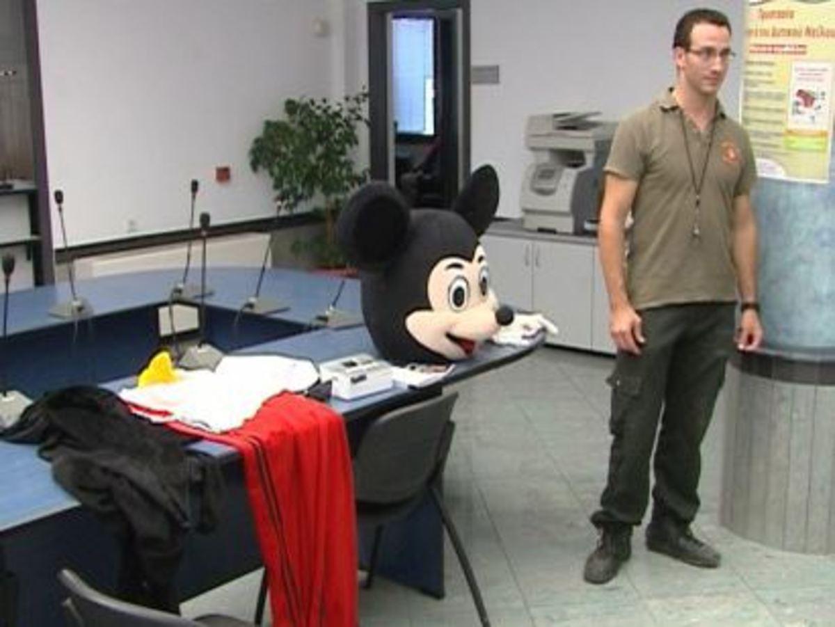 Χανιά: Ο Μίκυ Μάους κατέληξε στο τμήμα! | Newsit.gr