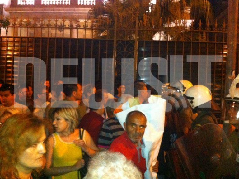 Μικροένταση με τους Αγανακτισμένους – Απωθήθηκαν από το να μπλοκάρουν τη Βουλή   Newsit.gr