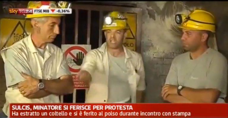 Η στιγμή που Ιταλός ανθρακωρύχος κόβει τις φλέβες του σε κοινή θέα! (VIDEO) | Newsit.gr