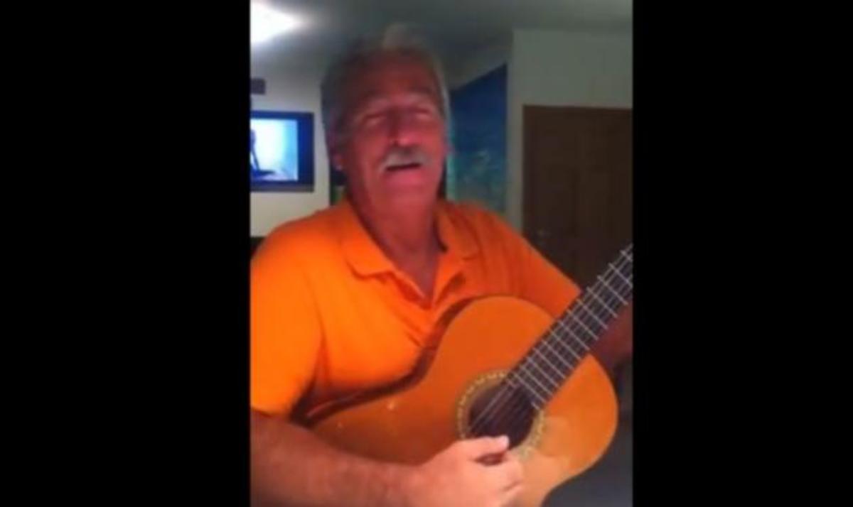 Ο πατριός της Ελένης Μενεγάκη τραγουδά στην κουζίνα του σπιτιού τους! Video | Newsit.gr