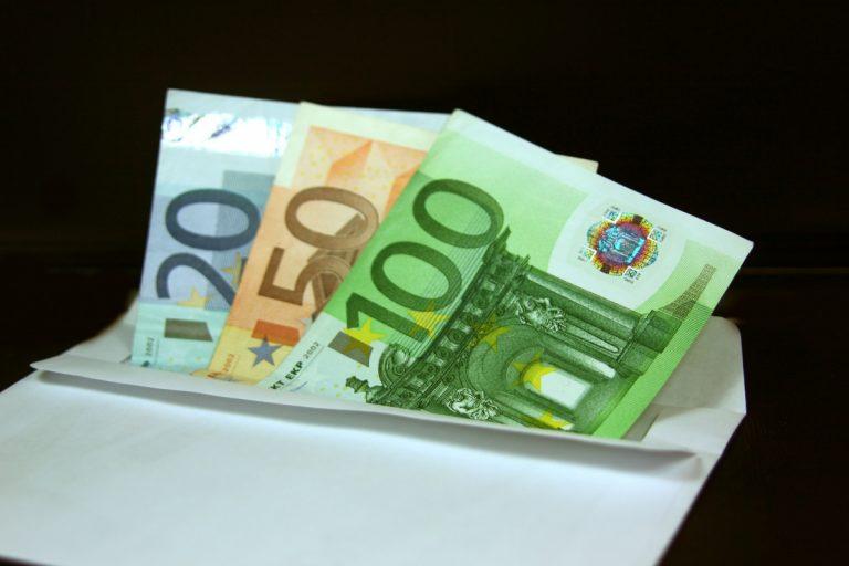Κατασχέσεις μισθών για χρέη στην εφορία από 1.000 ευρώ από τον Μάρτιο | Newsit.gr