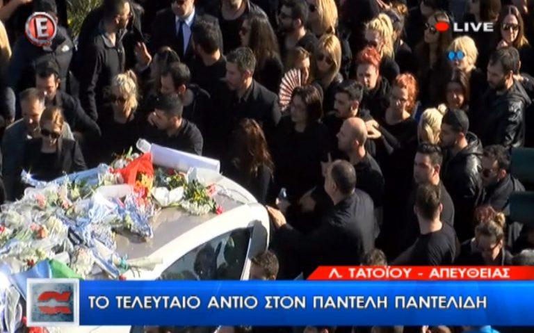 Κηδεία Παντελίδη: Συγκλονίζει η εικόνα της χαροκαμμένης μάνας! Συνοδεύει τον Παντελή της στην τελευταία του κατοικία | Newsit.gr