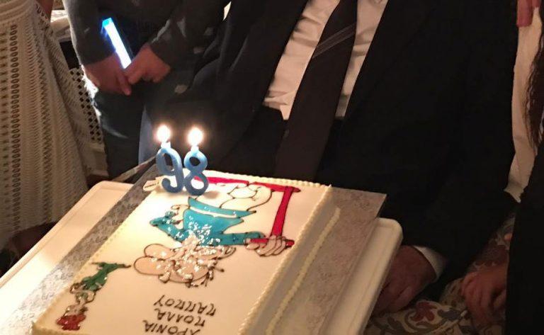 Ο Μαθουσαλίξ και ο Μητσοτάκης: Η απίθανη τούρτα του επίτιμου [pics] | Newsit.gr