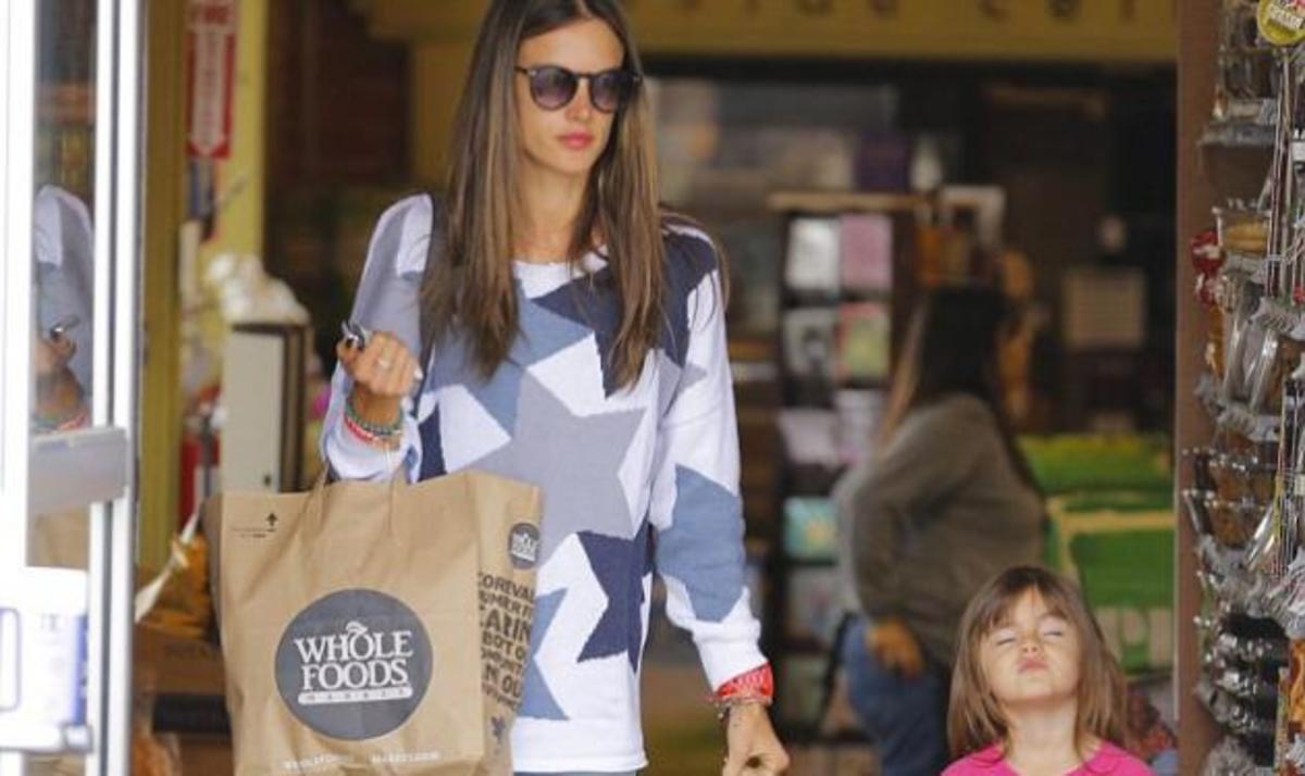 Σε κάποια δεν αρέσουν τα ψώνια! Η κόρη της Αlessandra Ambrosio βαριέται τις βόλτες και το δείχνει   Newsit.gr