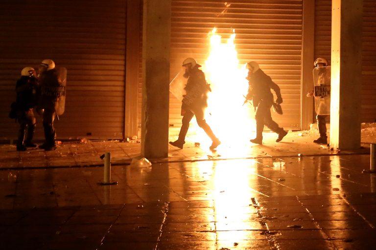 Επίθεση με μολότοφ στο αστυνομικό τμήμα Εξαρχείων | Newsit.gr