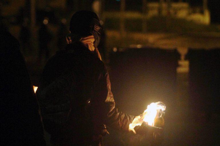 Επιθέσεις κουκουλοφόρων εναντίον δυνάμεων των ΜΑΤ στα Εξάρχεια | Newsit.gr