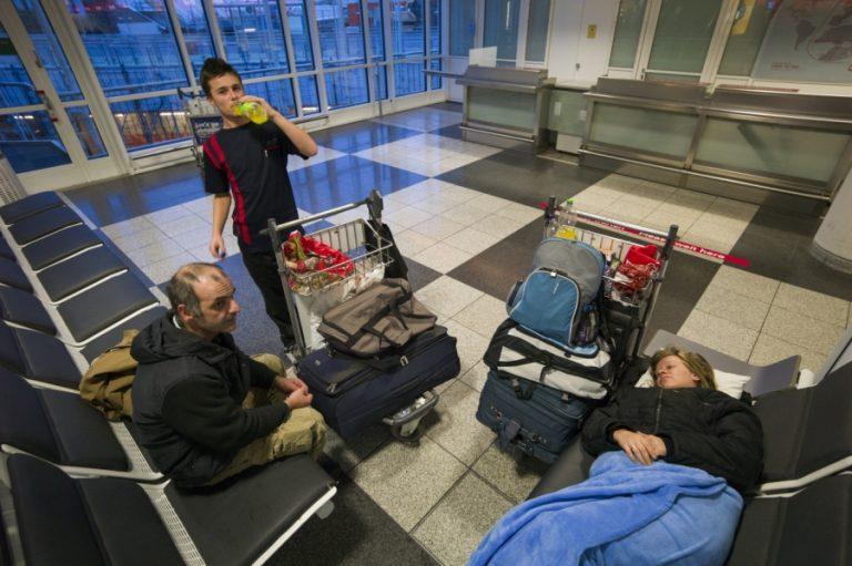Έξι μήνες απόγνωσης: Ψάχνουν δουλειά και μένουν στο αεροδρόμιο! (ΦΩΤΟ) | Newsit.gr