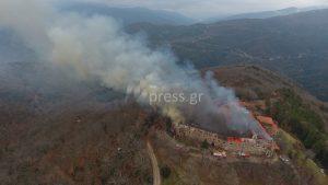 Ναύπακτος: Σε ύφεση η φωτιά στην ιερά μονή Βαρνάκοβας [pics, vid]
