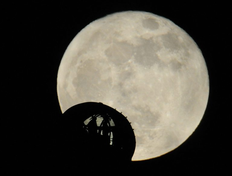 Don't fly me to the moon… | Newsit.gr