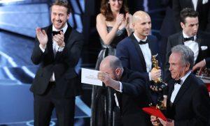 Oscars Live: Πρωτοφανής γκάφα! Έδωσαν λάθος φάκελο στον Γουόρεν Μπίτι και ανακοίνωσε La La Land για το Όσκαρ Καλύτερης Ταινίας κι όχι Moonlight
