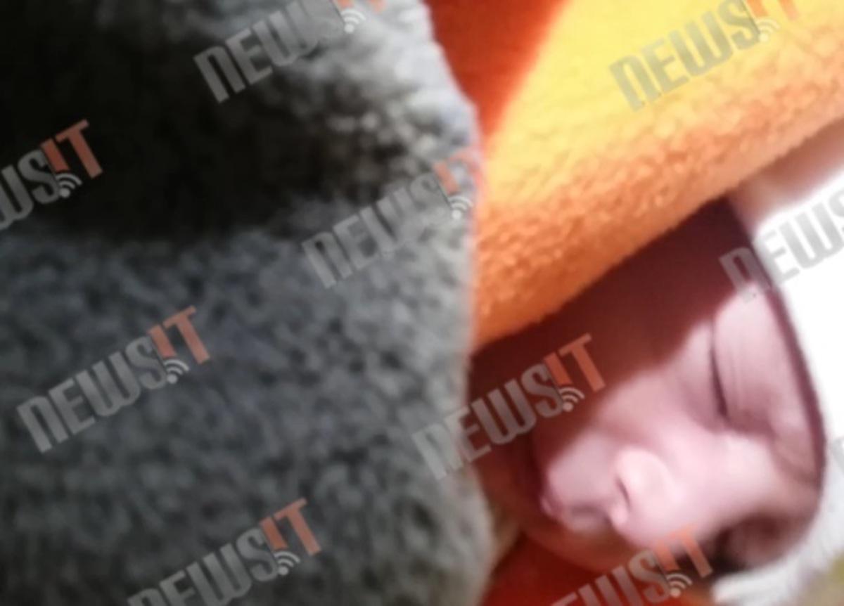 Ραγίζει καρδιές! Μωράκι 12 ημερών κοιμάται μέσα σε βρεγμένη σκηνή [vid] | Newsit.gr