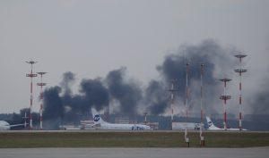 Ο μαύρος καπνός που αναστάτωσε τη Μόσχα λίγο πριν προσγειωθεί ο υπΕξ των ΗΠΑ