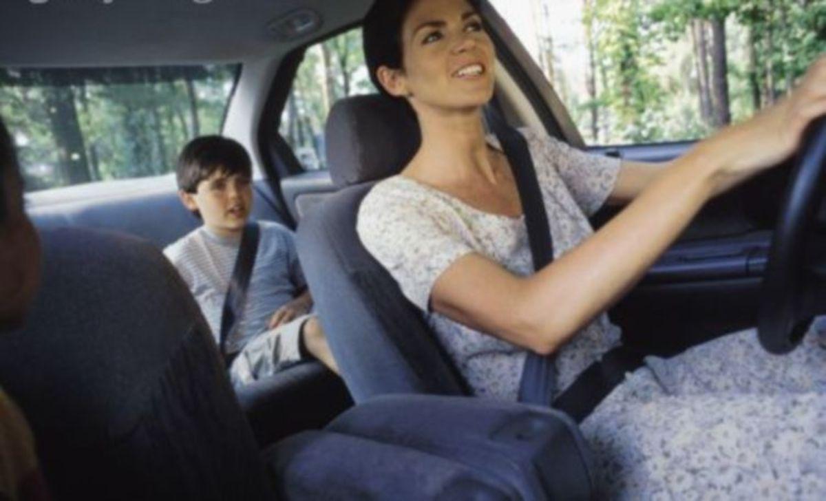 Πιο ήρεμα τα παιδιά όταν οδηγεί…η μαμά! | Newsit.gr