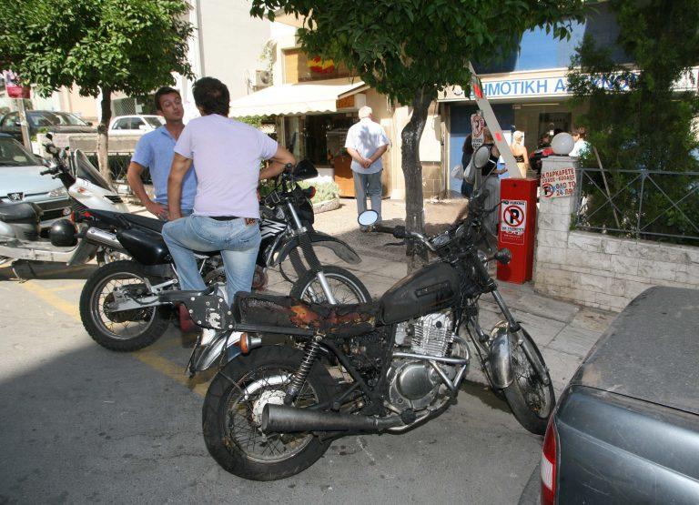 Θεσσαλονίκη: Μία μοτοσικλέτα κατέστρεψε… την τζαμαρία super market! | Newsit.gr
