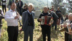 Θεσπρωτία: Τραγούδια και κλαρίνα στο νεκροταφείο [vid]