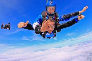Είναι ο Κώστας Μπακογιάννης! Στον αέρα γιόρτασε τα γενέθλιά του! [pics]