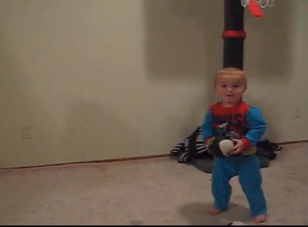 Είναι δύο ετών και ξετρελαίνει τους πάντες με τις ικανότητες του στο μπάσκετ! | Newsit.gr