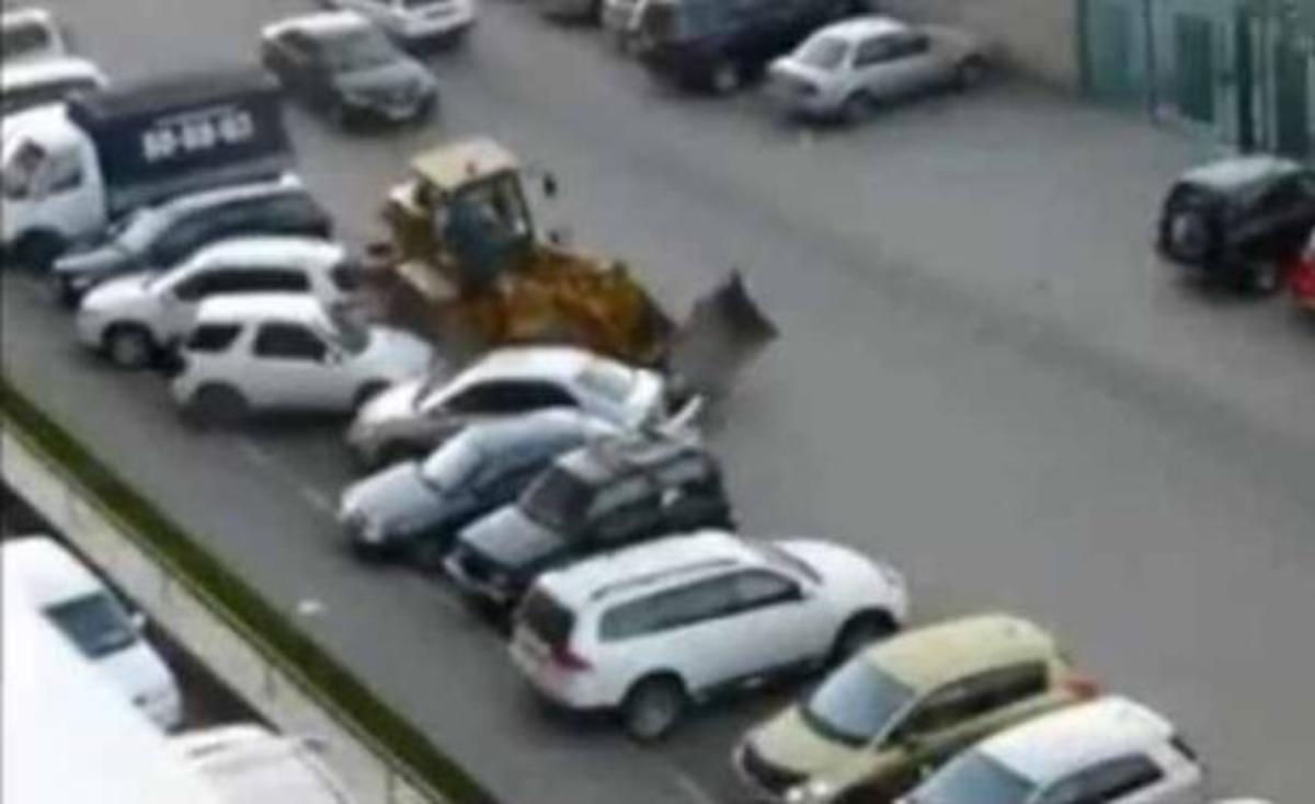 Μπουλντόζα με μεθυσμένο οδηγό διαλύει αυτοκίνητα!   Newsit.gr