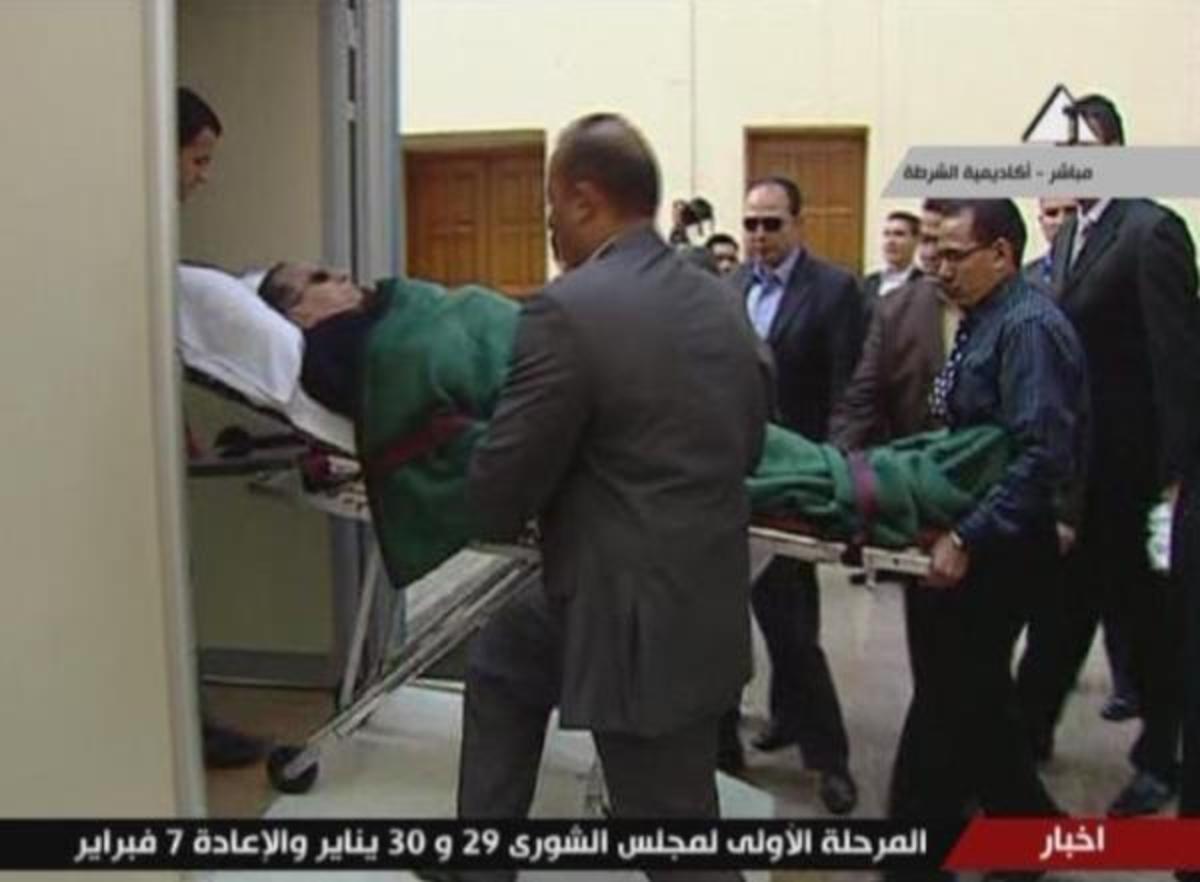 Με φορείο ξανά στο δικαστήριο ο Μουμπάρακ (ΦΩΤΟ) | Newsit.gr