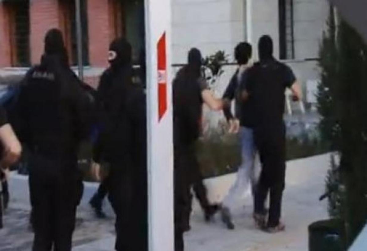 Νέα πλάνα από τη μεταγωγή των τεσσάρων στην Αστυνομική Διεύθυνση Κοζάνης – ΒΙΝΤΕΟ | Newsit.gr