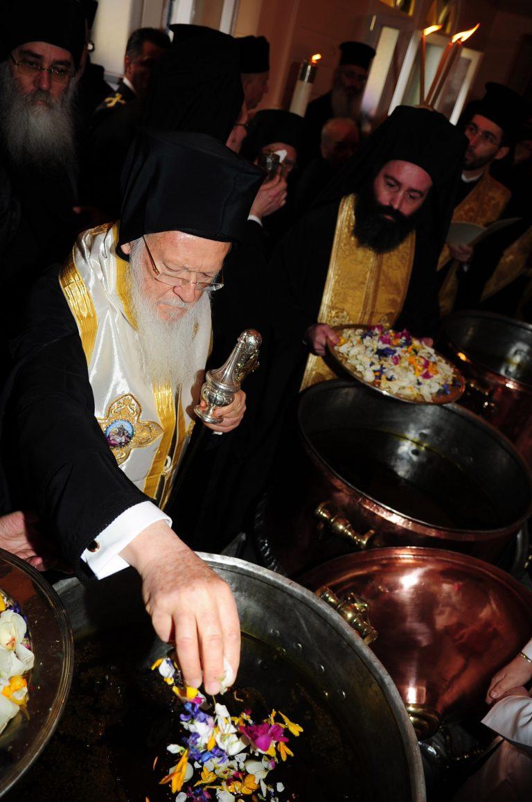 Μοσχοβόλησε το Φανάρι – Άρχισε η παρασκευή του Άγιου Μύρου | Newsit.gr