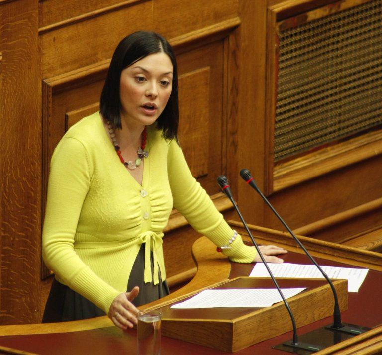 «Το ψήφισες ρε Νάντια, κατάντια, κατάντια» φώναζαν στη βουλευτή του ΠΑΣΟΚ | Newsit.gr