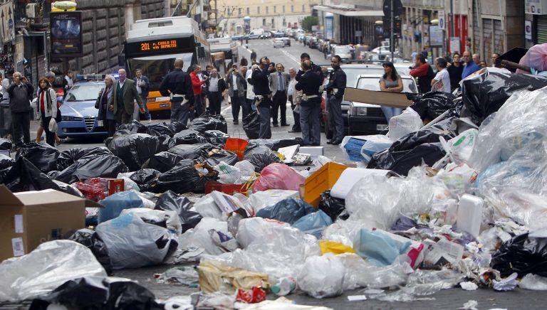 2.200 τόνοι σκουπιδιών «πνίγουν» τη Νάπολη   Newsit.gr