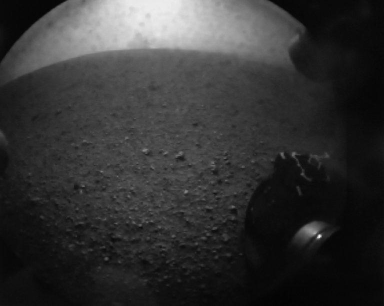Οι πρώτες φωτογραφίες από τον Άρη – Το Curiosity ψάχνει ίχνη ζωής! | Newsit.gr