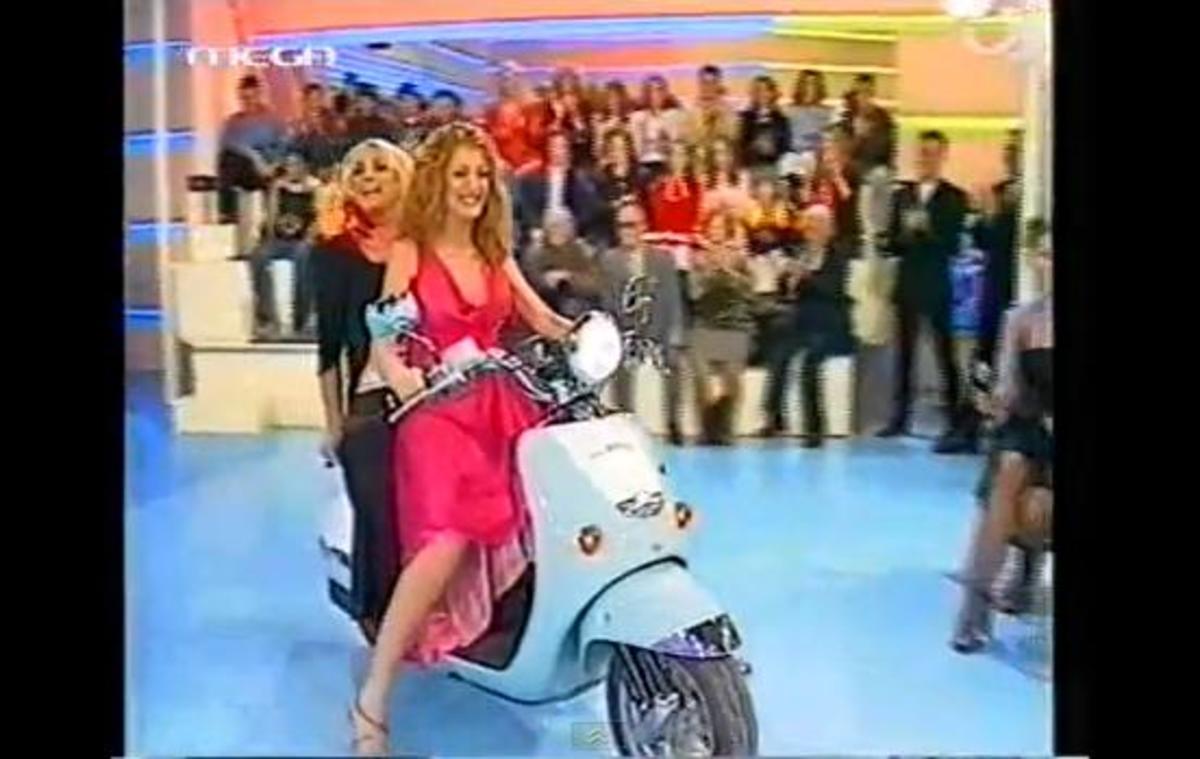 Δείτε τη Νατάσα Θεοδωρίδου να οδηγεί βέσπα με συνεπιβάτη τη Ρούλα Κορομηλά ! | Newsit.gr