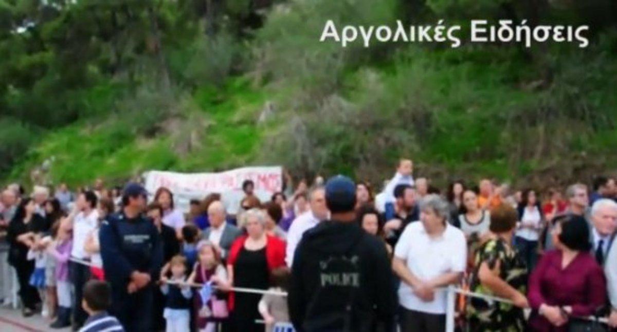 Χωρίς εξέδρα αλλά με γιούχα η παρέλαση στο Ναύπλιο – Αποδοκίμασαν τον Υφυπουργό Ανάπτυξης Θανάση Σκορδά   Newsit.gr