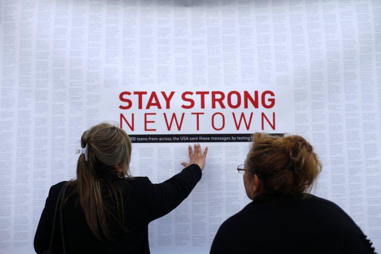 Της πέρασαν χειροπέδες γιατί προσπάθησε να εκμεταλλευθεί την τραγωδία του Κονέκτικατ   Newsit.gr