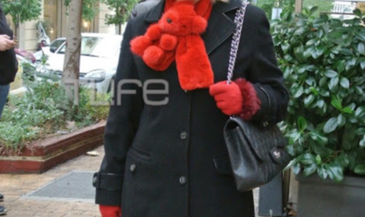Ποια κομψή κυρία της showbiz επέλεξε κασκόλ αρκουδάκι; | Newsit.gr