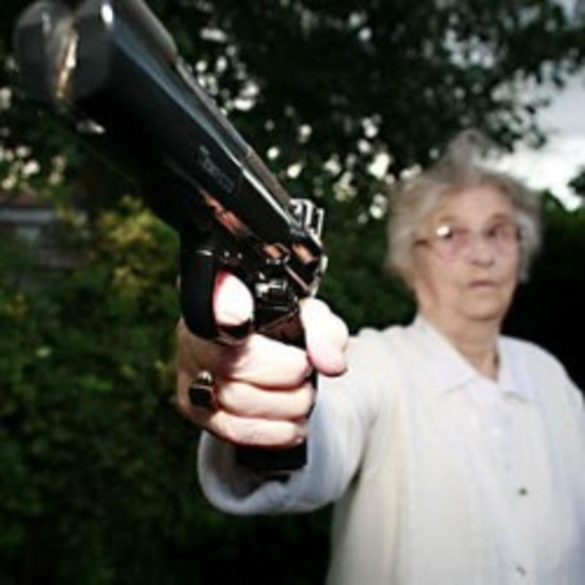 Τρίκαλα:Όταν της είπαν για »κούρεμα ομολόγων» η γιαγιά έβγαλε όπλο στην τράπεζα! | Newsit.gr