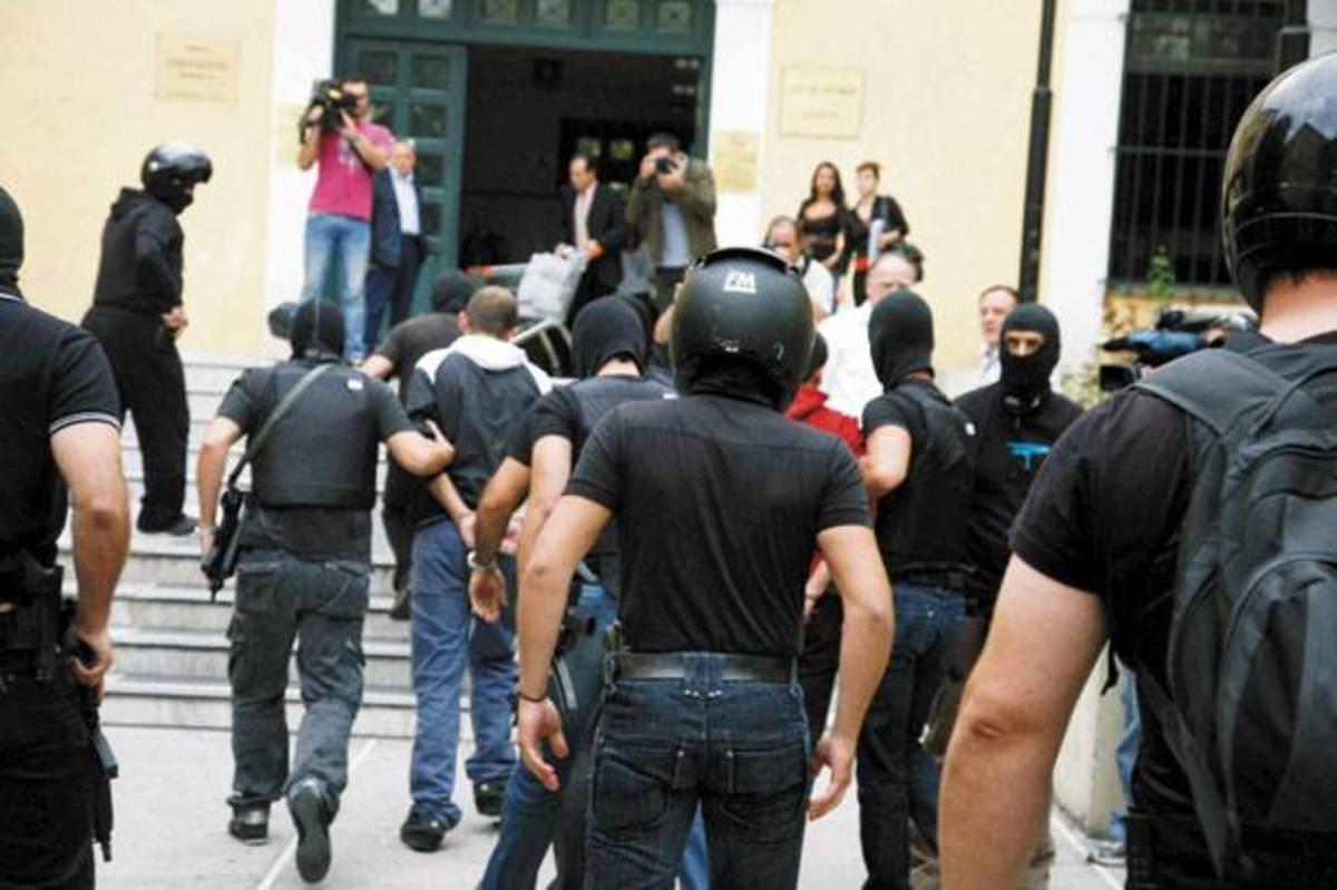 Απολογήθηκε ο αρχηγός των νονών «Τσάκι Τσαν» από το Καματερό – Η τραγουδίστρια ήθελε πίσω τα λεφτά και τα ρολόγια | Newsit.gr