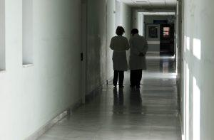 Δύο γιατροί και ένας τραυματιοφορέας δημόσιου νοσοκομείου τα «τσέπωναν»