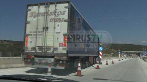 Απίστευτο ατύχημα στην Εγνατία – Λάστιχο έσκασε στο πρόσωπο οδηγού νταλίκας! [pics, vid]