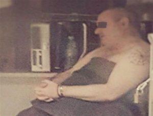 Δάφνη: Φωτογραφία ντοκουμέντο του 52χρονου στο σπίτι! Ημίγυμνος, με χειροπέδες