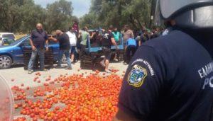 Κρητικοί αγρότες υποδέχτηκαν με ντομάτες τον Υπουργό! [pics]