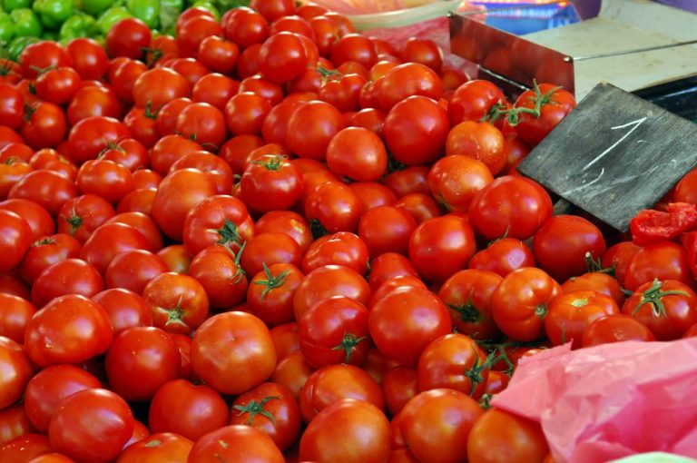Μάζεψαν άρον άρον 4,2 τόνους ντομάτες και κολοκυθάκια από την αγορά | Newsit.gr