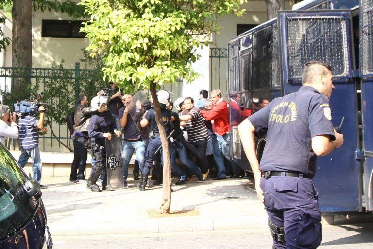 Καρέ – καρέ: Έτσι έφτασαν έξω από το Μαξίμου τεχνικοί και δημοσιογράφοι! [pics, vid] | Newsit.gr