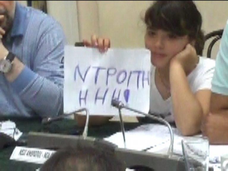 Πάτρα: Έβριζαν στο δημοτικό συμβούλιο μπροστά σε μικρά παιδιά! | Newsit.gr