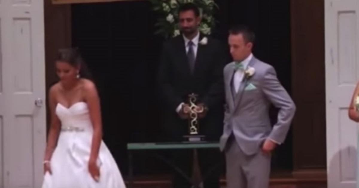 Ο γαμπρός βλέπει τη νύφη να φεύγει, και μένει άναυδος. Τώρα, κοιτάξτε τα χέρια της! | Newsit.gr