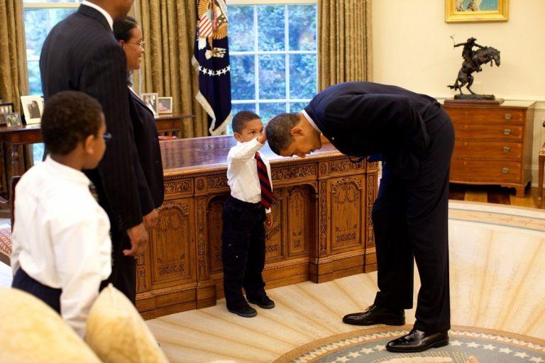 Μπαράκ Ομπάμα, ένας ωραίος τύπος! «Διαλύει» κάθε πρωτόκολλο σε 16 εκπληκτικές φωτογραφίες | Newsit.gr