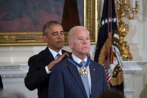 """Πλάνταξε ο Μπάιντεν με την """"έκπληξη"""" του Ομπάμα [pics, vids]"""