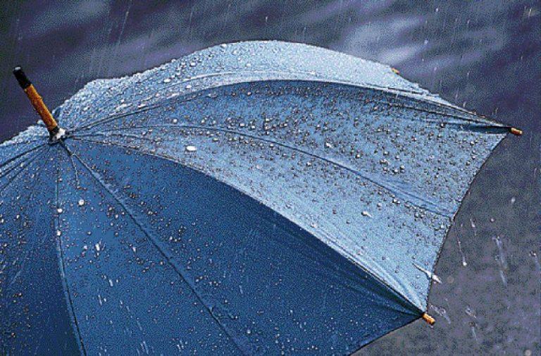 Καβάλα: Aντί για κουκούλα.. «φόρεσε» ομπρέλα!   Newsit.gr