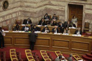 """Στη Βουλή εν μέσω αντιπαράθεσης ο ΦΠΑ των νησιών – """"Βροχή"""" τροπολογιών"""
