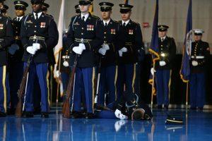 Στρατιώτης λιποθύμησε μπροστά στον Ομπάμα [pics]