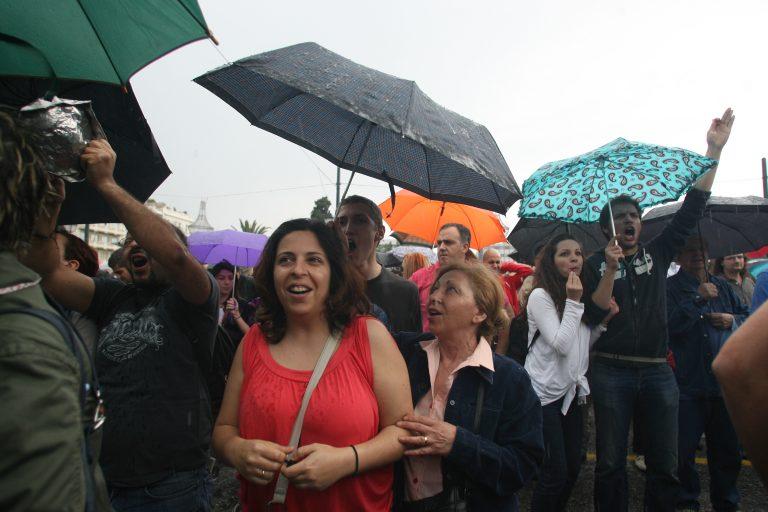 Θεσσαλονίκη: H βροχή δεν πτόησε τους Αγανακτισμένους | Newsit.gr